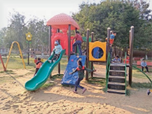 भिवानी। नेहरू पार्क में शनिवार दोपहर को झूलों पर मस्ती करते बच्चे। - Dainik Bhaskar
