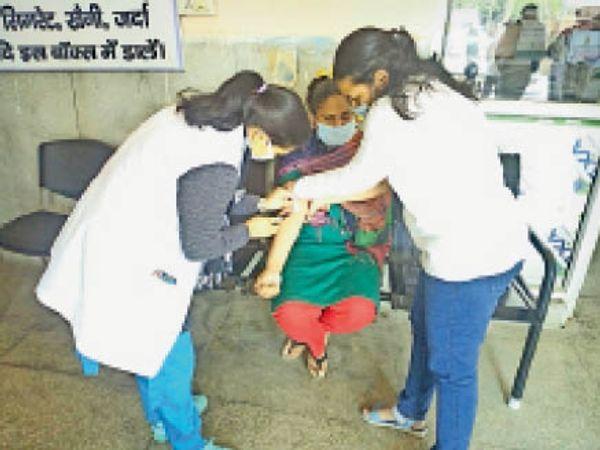 शिरो सर्वे में महिला का ब्लड सैंपल लेते स्वास्थ्य कर्मी। - Dainik Bhaskar