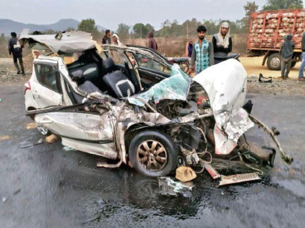 ट्रक की टक्कर से कार बुरी तरह क्षतिग्रस्त हो गई। - Dainik Bhaskar