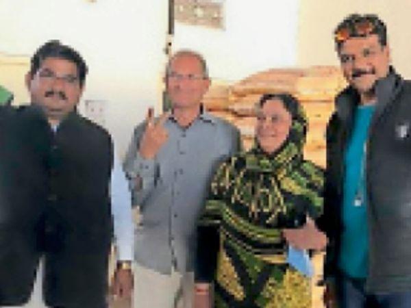 कांग्रेस की ममता के पति मांगीलाल के साथ प्रणय, राजलक्ष्मी व नरेंद्र पंवार। - Dainik Bhaskar