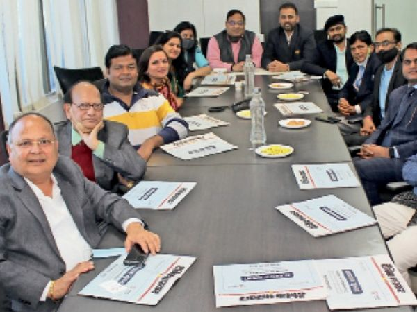 सीएडी सर्किल स्थित दैनिक भास्कर कार्यालय में शुक्रवार को आयोजित टॉक शो में मौजूद शहर के कई स्कूलों के संचालक। - Dainik Bhaskar