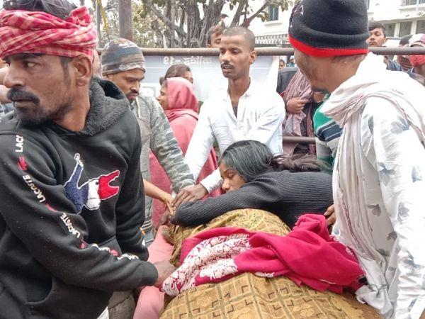 अपराधी की हत्या के बाद बिलखते परिजन। - Dainik Bhaskar
