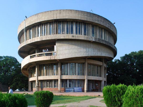पंजाब यूनिवर्सिटी की फाइल फोटो। - Dainik Bhaskar