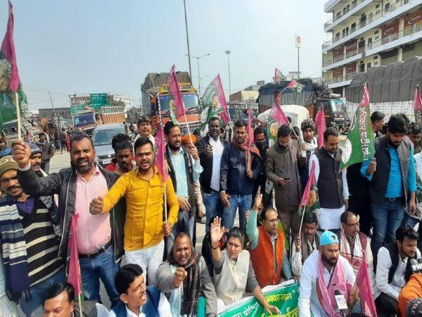 पटना सिटी के टोल प्लाजाके पास NH को प्रदर्शनकारियों ने कुछ देर के लिए जाम कर दिया। - Dainik Bhaskar
