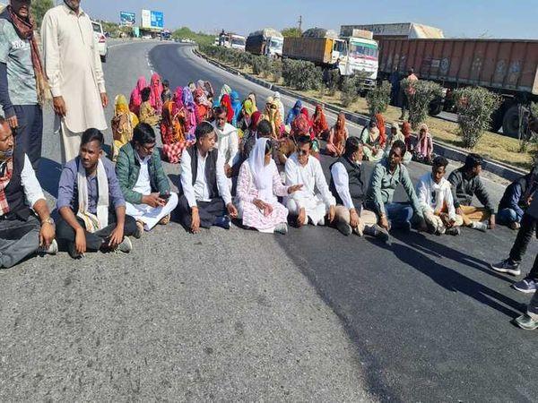 जयपुर रोड पर लगाया गया जाम -फोटो मोहन ठाडा