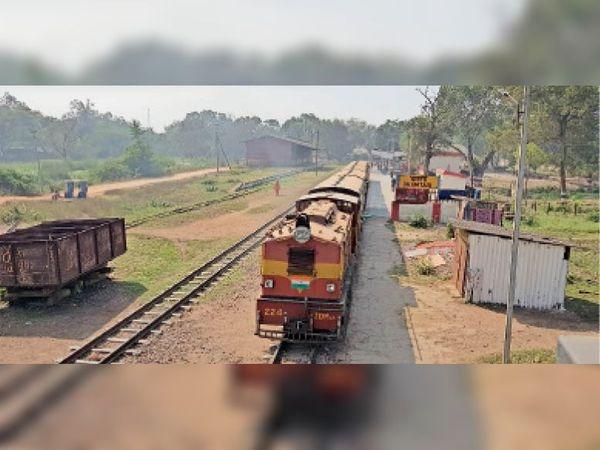 धमतरी। करीब डेढ़ साल पहले छोटी रेल धमतरी से केंद्री तक चलना बंद हो गया है। इस रूट पर ही बड़ी रेल लाइन की पटरी बिछाई जाएगी। - Dainik Bhaskar