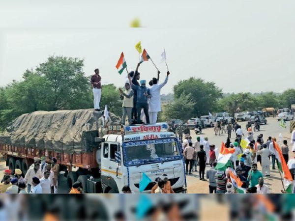 महासमुंद। आरंग ब्लॉक के रसनी के पास आयोजित चक्काजाम में बड़ी संख्या में शामिल हुए जिले के किसान। - Dainik Bhaskar