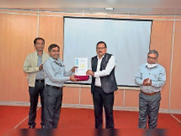 विजेताओं को सम्मानित करते कार्यपालन निदेशक एसके दुबे। - Dainik Bhaskar