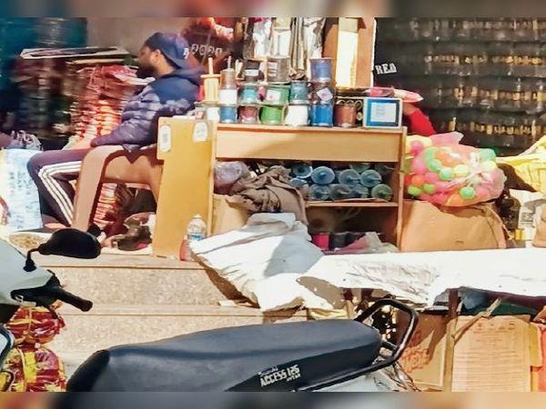 चरणजीतपुरा में दुकानों पर रखा सिंथेटिक डोर। - Dainik Bhaskar