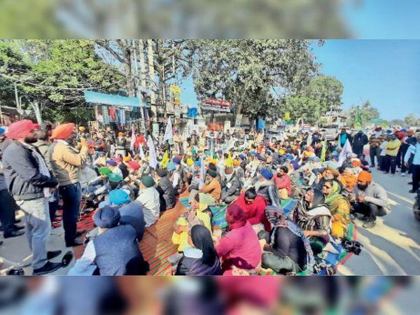 बटाला बस स्टैंड के बाहर रोष-प्रर्दशन करते किसान नेता।-भास्कर - Dainik Bhaskar