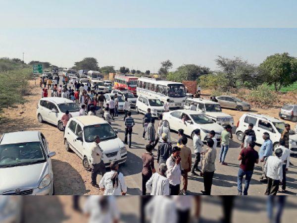 किसान आंदोलन के कारण जयपुर रोड पर सैरूणा गांव के पास लगी वाहनों की कतार। - Dainik Bhaskar