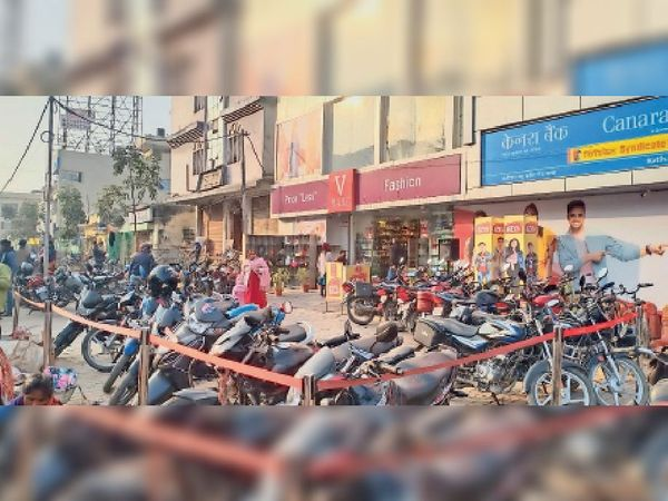 यह रहा सबूत: वी मार्ट मॉल में सरकारी भूमि को घेरकर बना ली गई है पार्किंग। - Dainik Bhaskar