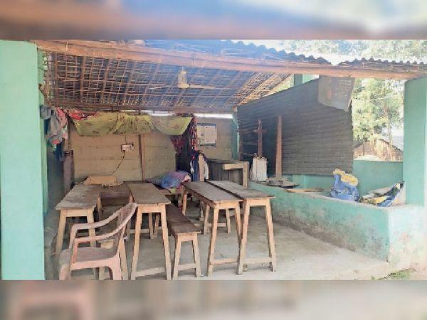खाली रहता था तो कोचिंग खोल लिया : यह पशु शेड भवानीपुर के सुपौली वार्ड-6 के मो. इलियास के घर में बना है। उन्होंने कहा कि पशु हैं नहीं। जगह खाली रहती थी तो हमने कोचिंग क्लास खोल लिया। - Dainik Bhaskar