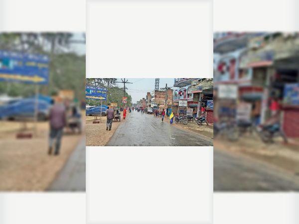 शनिवार को बूंदाबांदी बारिश के बीच खाली सड़क। - Dainik Bhaskar