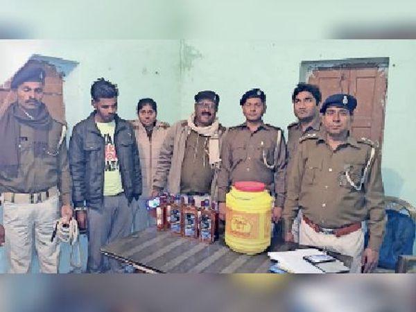 पुलिस हिरासत में शराब के साथ तस्कर। - Dainik Bhaskar