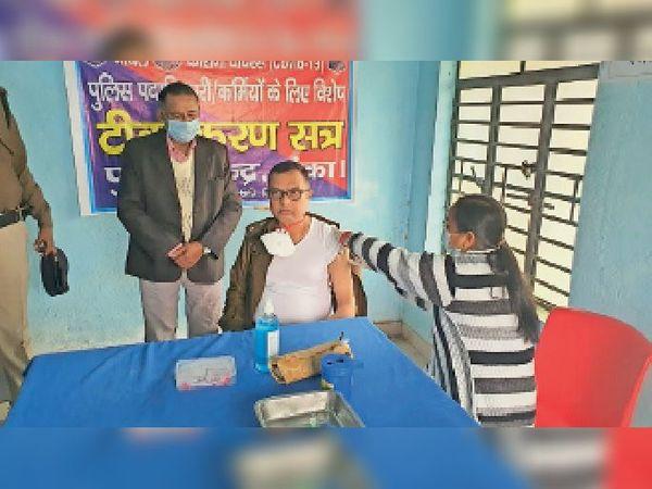पुलिस लाइन में कोरोना का टीका लगवाते एसपी अरविंद कुमार गुप्ता। - Dainik Bhaskar