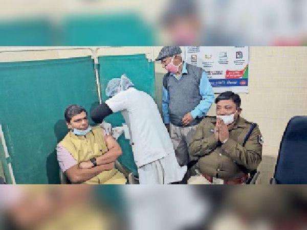 कोरोना का टीका लेते डीएम और मौजूद एसपी। - Dainik Bhaskar
