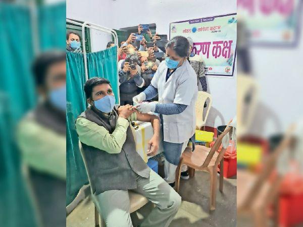 फ्रंट पर: दूसरे चरण में कोरोनारोधी टीका लेते जिलाधिकारी योगेन्द्र सिंह। - Dainik Bhaskar