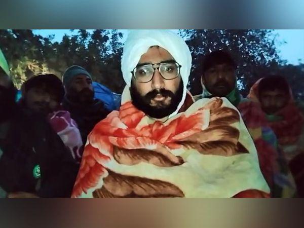 बहादुरगढ़ में दिल्ली बॉर्डर पर आत्महत्या कर लेने वाले किसान के बारे में जानकारी देता साथी आंदोलनकारी। - Dainik Bhaskar