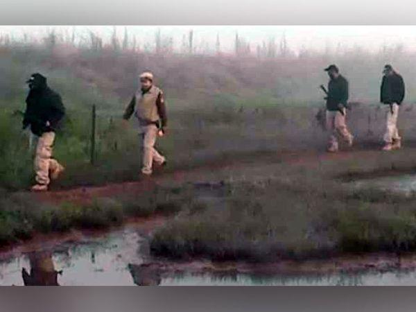 पठानकोट के बमियाल सेक्टर में अंतरराष्ट्रीय सीमा पर सर्च ऑपरेशन में शामिल पंजाब पुलिस और सीमा सुरक्षा बल के जवान। - Dainik Bhaskar