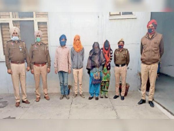 पुलिस की गिरफ्त में हत्या के आरोपी। - Dainik Bhaskar
