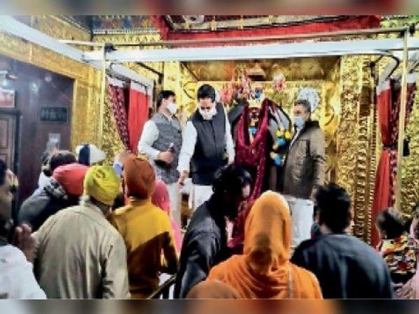 माता के मंदिर में माथा टेकने आए हुए श्रद्धालु। - Dainik Bhaskar