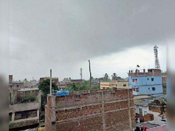 शनिवार को दिन भर आसमान में छाया रहा बादल। - Dainik Bhaskar
