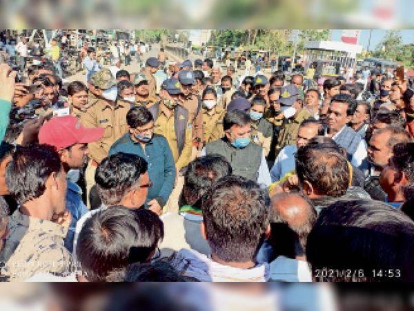 बीना | किसानों एवं कांग्रेसियों ने धरना प्रदर्शन कर एसडीएम को ज्ञापन सौंपा। - Dainik Bhaskar