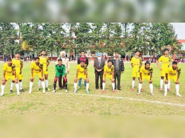 खिलाड़ियों से परिचय के बाद मौजूद विंग कमांडर हरदेव सिंह ढिल्लों व अन्य सदस्य। - Dainik Bhaskar