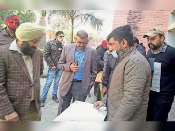 चेकिंग के दौरान एसडीएम डॉ. मेजर अमित महाजन व अन्य। - Dainik Bhaskar