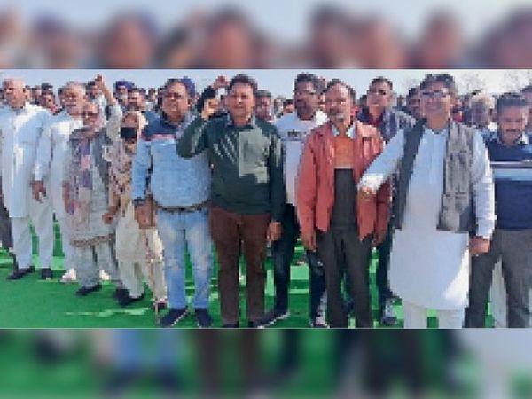 बारपुर अड्डे में मौजूद किसान केंद्र के खिलाफ नारेबाजी करते हुए। -भास्कर - Dainik Bhaskar