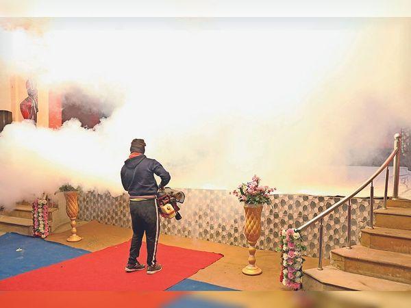 अतिथियों को मच्छर न काटें इसलिए एक दिन पहले मंच पर फोगिंग की गई। - Dainik Bhaskar