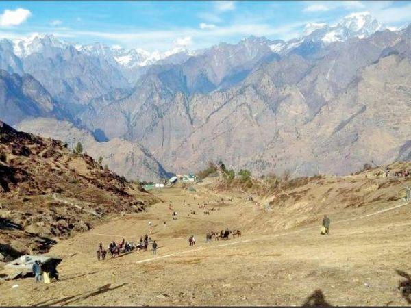 इस साल कश्मीर में रिकॉर्डतोड़ बर्फबारी के बावजूद उत्तराखंड और हिमाचल के इलाकों में बर्फबारी बहुत कम हुई है। - Dainik Bhaskar