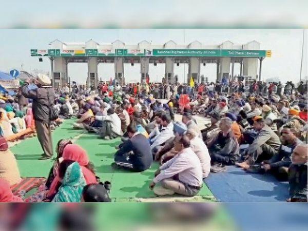 बहराम टोल प्लाजा पर किए गए चक्का जाम के दौरान मौजूद किसान। - Dainik Bhaskar