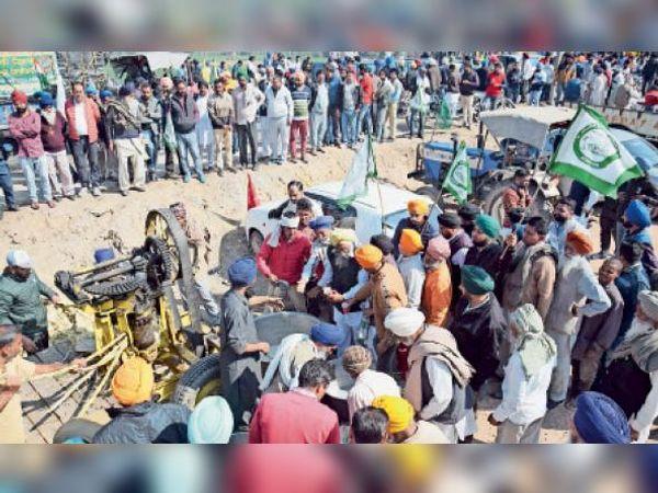 अम्बाला | शंभू बॉर्डर पर गांव भानाेखेड़ी से किसान गन्ने की ट्राॅली व रस निकालने के लिए मशीन लेकर पहुंचे। जैसे ही रस निकालना शुरू हुआ तो पीने के लिए काफी भीड़ जमा हो गई। - Dainik Bhaskar