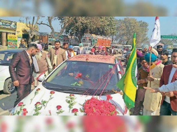 जाखल. किसानों के चक्का जाम में फंसी बारात की गाड़ी पर लगा किसान समिति का झंडा जिस पर गाड़ी को तुरंत आगे रवाना कर दिया गया। - Dainik Bhaskar