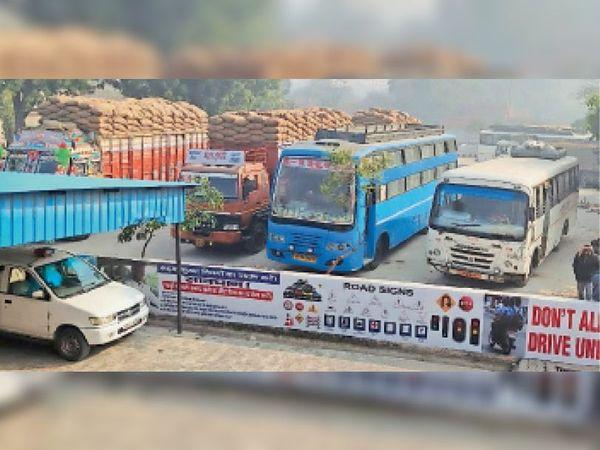 करनाल. आरटीए विभाग की ओर से पकड़े गए ओवरलोड वाहन। - Dainik Bhaskar