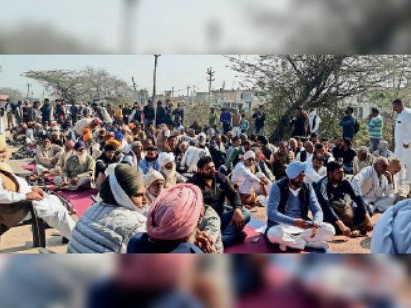 पिहोवा | तीन घंटे के जाम के दौरान गांव भौर सैदा में सड़क पर धरना देकर बैठे किसान। - Dainik Bhaskar