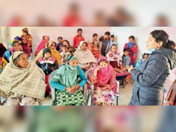 लाडवा | अनाजमंडी स्थित अपने कार्यालय में महिलाओं को संबोधित करतीं पूर्व सांसद कैलाशो सैनी। - Dainik Bhaskar