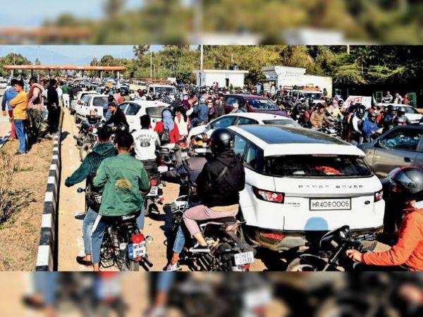 चक्का जाम के दौरान टोल प्लाजा पर वाहनों का लगा जाम। - Dainik Bhaskar