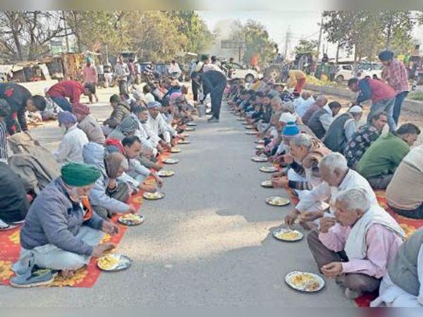 साढौरा |जाम के दौरान किसानों ने सड़क पर ही लंगर छका। - Dainik Bhaskar