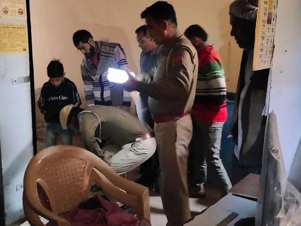 घटनास्थल की जांच करने पहुंची पुलिस। - Dainik Bhaskar
