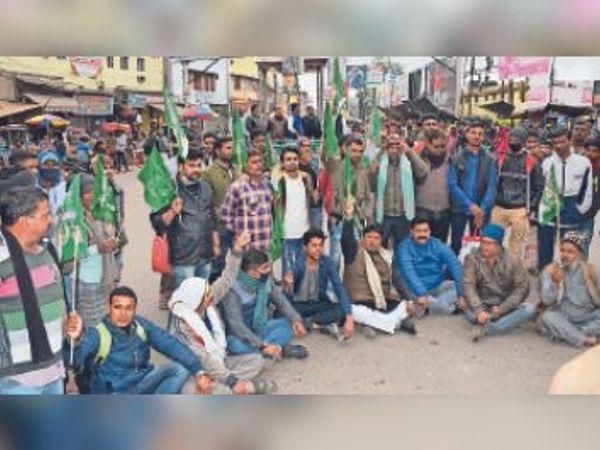 स्टेशन चौक पर प्रदर्शन करते राजद के नेता व कार्यकर्ता। - Dainik Bhaskar