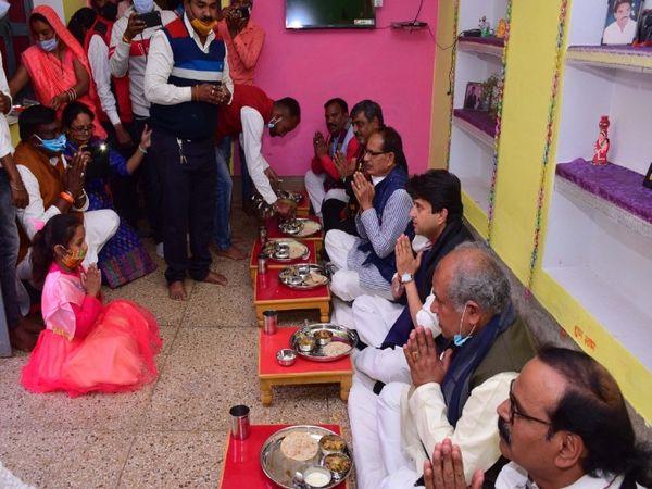 सफाई कर्मचारी राम सेवक के घर भोजन करते सीएम शिवराज, केन्द्रीय मंत्री नरेन्द्र सिंह व राज्यसभा सांसद ज्याेतिरादित्य सिंधिया