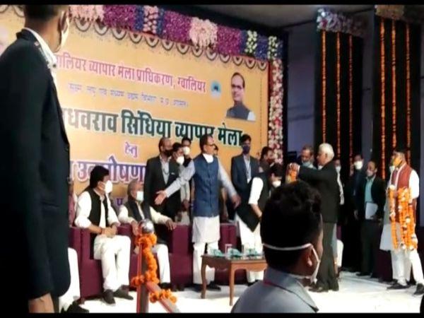 व्यापार मेला के शुभारंभ अवसर पर मंच पर खड़े होकर सीएम ने कार्यकर्ताओं को संबाेधित किया। - Dainik Bhaskar