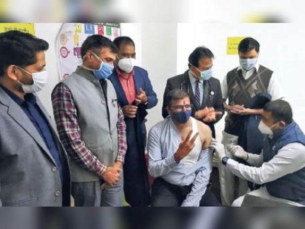 कोरोना टीका लगवाते एसपी। - Dainik Bhaskar