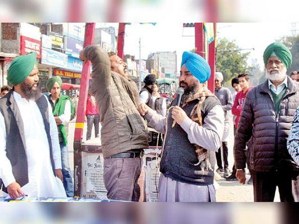 जमालपुर चौक में धरने के दौरान भाषण देने को लेकर मामूली झड़प हुई। - Dainik Bhaskar