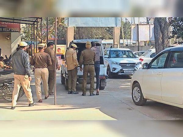 सोहना. बदमाशों द्वारा पुलिसकर्मी की पिटाई को लेकर मौके पर जांच के लिए पहुंची पुलिस टीम। - Dainik Bhaskar