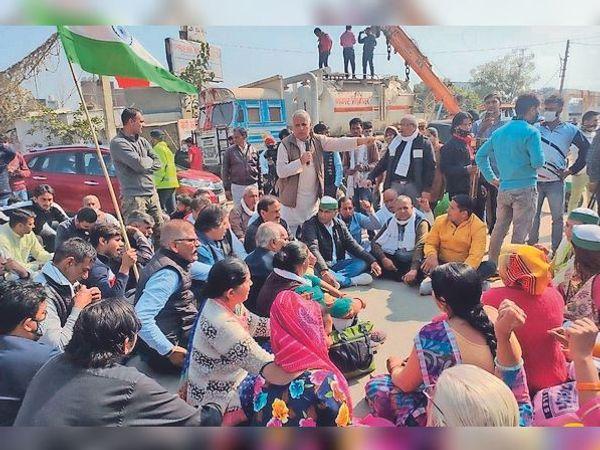 किसान आंदोलन के समर्थन में बजघेड़ा रोड पर कृष्णा चौक पर जाम लगा कर बैठे लोग। - Dainik Bhaskar