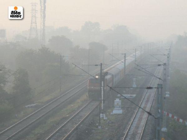 भोपाल में गहरी धुंध छाने के बाद विजिबिलिटी घटकर 50 फीसदी रह गई।